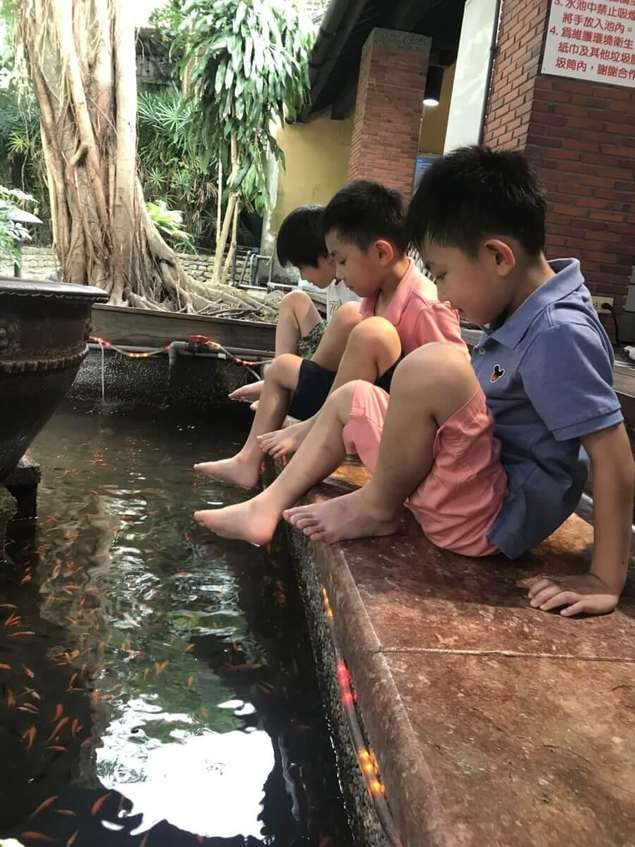 子供たちは魚に足を食べられるのを恐れています: